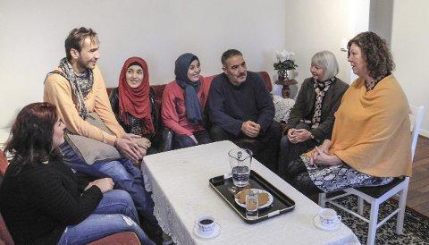 KOM RETT FRA MIDTØSTEN: Den syriske familie sier at de har blitt godt mottatt i Halden. Fra venstre tolk Rama Khalil, Fadi Bassam Talli, Alaa Bassam Talli, Nada Ahmad Jirou, Bassam Yousef Talli samt Britt Velund og Astrid Nordstrand fra NAV Halden.