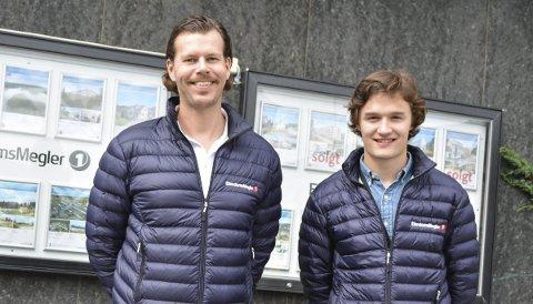 FORNØYDE: Bengt Kristiansen (t.v.) og Ole Jacob Herft hos Eiendomsmegler 1 gleder seg over et hett boligmarked.