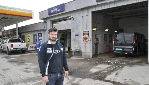 STØRST PÅ VASK: Fredrik Stensröd kan i dag tilby en hall for maskinvask og tre haller for selvvask. – I fjor ble 22.000 biler vasket ved stasjonen, og vi er størst på dette området i Halden, sier han. Bilen i hallen er for øvrig stasjonens nyeste utleiebil.