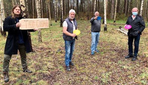 REAGERER: TTIF håper at byens politikere ser verdien av et  gratis lavterskeltilbud i Vadet-skogen. Fv: Trygve Haug (prosjektleder Oreid), Tron Grandal (TTIF), Egil Hult (TTIF) og Svein Norheim (Økomuseum Grenseland).