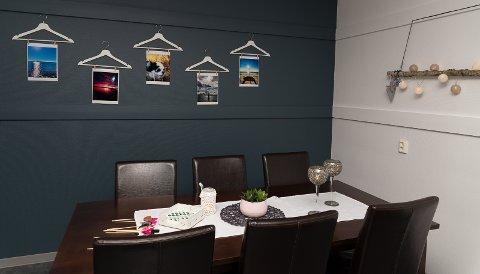 BORD: Et nytt bord og nye stoler møter brukerne av rommet.