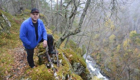 Allmannavegen går opp Hildalsberget til Brekke, og var den gamle hovudvegen. Anders Gavle anslår at det er 100 meter frå stupet og ned i elva, og spør kven som har ansvaret for å sikra den freda stien som vert nytta av turistar og lokale.