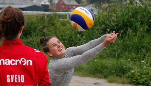 SANDVOLLYBALL:  Hanna Rullestad er en gjenganger på Janne Kongshavns sandvolleyballskole.
