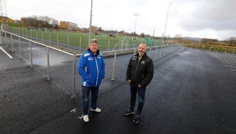 INNEGJERDET: Roald Osmundsen og Rune Lothe, henholdsvis daglig leder i Haugar og Vard, synes det er rart at kommunen ikke har funnet plass til en åpning i gjerdet ut mot fotballbanene i Haugesund Idrettspark.