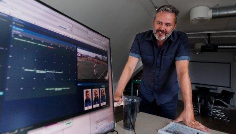STOLT OVER HJERTEBARNET SITT: Frode Samuelsen har jobbet med SkillRace på Macen sin i flere år. - Det har tatt lang tid å utvikle, men nå har vi en plattform som ingen andre har, sier han.