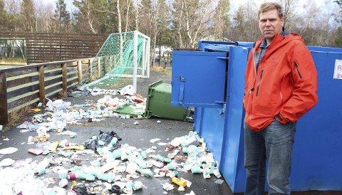 Søppel: Johnny Valåmo i Olderskog IL konstaterer at det blir en krevende jobb å få reingjort området etter hærverket. Foto: Marit Almendingen