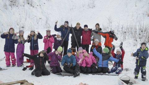 FINT I SNØEN PÅ KIPPERMOEN: Deltakere og instruktører syns det er flott å være ute. De er med på Helgeland friluftsråds første friluftsskole i vinterferien.  FOTO: Ken-Robin Slaatrem