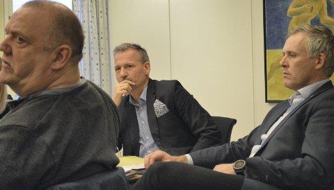 Betenkt: Alstahaugordfører Bård Anders Langø (Ap) er skuffet over regjeringen og over Venstre. T.h. administrasjonssjef Børge Toft, t.v. Knut Nilsen (Ap). Foto: Ken-Robin Slaatrem