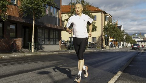 SISTE GANG: Einar Bech fra Mosjøen skal løpe Berlin Maraton for 14. gang. For 80-åringen skal dette løpet markere slutten på maratonkarrieren. Da har han løpt 54 maratonløp siden han ble tatt av joggebølgen i begynnelsen av 1980-årene. Innfelt ser vi Einar i Berlin Marathon i 2002.