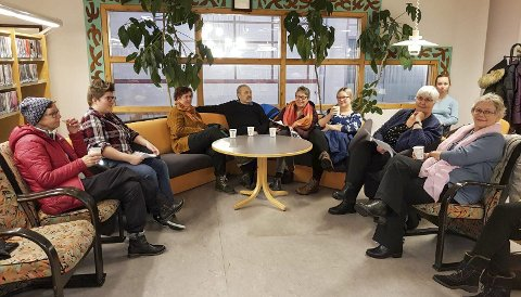 Startet bokåret 2019 med høylesing: Her er noen av dem som møtte opp og fikk høytlesing på biblioteket i Mosjøen. De fikk høre fra boka Malstrømmen av nordlendingen Frode Granhus.
