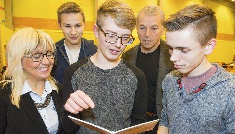 GØY MED NOE NYTT: Nico Rantala (16 år, i midten) synes det er fint at det kommer ny industri til Båtsfjord. Tirsdag var han, Mats Isaksen (til venstre) og John Henry Godtvassli på plass på utdanningsmessa, der blant annet Irene Nordahl og Salmar presenterte seg. Ordfører Geir Knutsen deler gleden over etableringen.