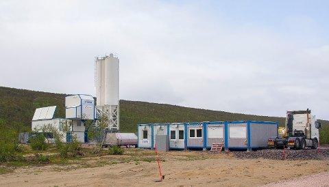 160 LASS: På to og et halvt døgn skal 160 lass med betong fraktes fra dette annlegget og til den nye brua i Tana.