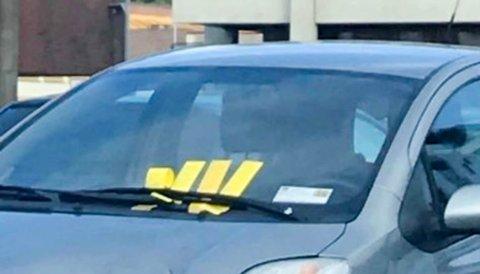 MANGE GULE LAPPER: Denne bilen med utenlandske skilt har fått mange bøter på en parkeringsplass på Alta sentrum i løpet av den siste tiden.