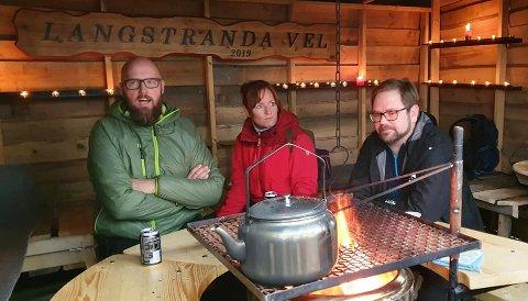 Thomas og Karianne Melby holdt ordfører Roger Evjen med selskap i gapahuken.