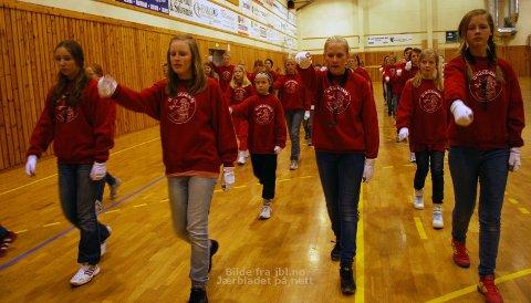 SVING: Korpsingane i Tu skulekorps har lært at det er viktig å svinge med armen. (F. v.) Silje Petrine Grude (13), Karen Fosså Salte (15), Anne Wathne Kokes (14) og Tomine Nettland (14) på fremre rekke.