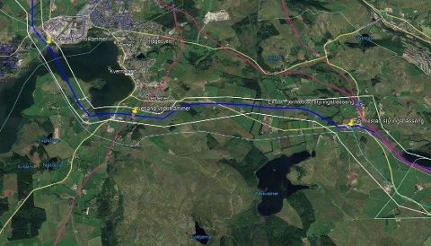 Illustrasjonen viser eksisterende hovedvannledning (rød strek), forslag til ny trasé (blå strek), planlagt varslingsområde (hvit strek) og planlagt bebyggelse (gule punkter).