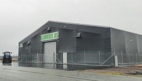 GJERDE: Gjødsel AS har blant anna sett opp gjerde rundt gjødsellageret sitt i Sirevåg hamn.