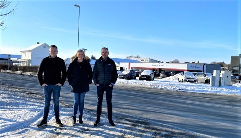 ÅPNER BUTIKK: Her skal Landbrukssenteret åpne ny avdeling. Anniken Øgreid, sønnen John Magne Øgreid (t.v), og ektemann John Inge Øgreid (t.h) gleder seg til å komme til Ree.