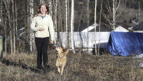 Besøksvenn med hund: Elisa Wallumrød og Esca er gode venner. Etter kurs og godkjenning skal de på besøk til personer som trenger noen å snakke med, og være sammen med. Foto: Pål Nordby