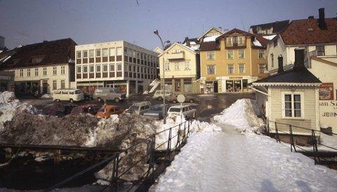 Bybrua og Lauersøns plass: Trine Gramnæs har lånt KV en rekke bilder hun tok senvinteren 1969, som har vært vist i denne spalten. Se hvor dominerende Sentrumsgården er i bybildet. Et skrekkens eksempel på hvordan såkalt moderne arkitektur kan ødelegge og forstyrre et gammelt bymiljø. Den gangen var det en butikk som het «Varemagasinet i den okergule bygningen i bakgrunnen, som i dag rommer et bingolokale. Til venstre for «Varemagasinet» lå kiosken til Leif Aas.