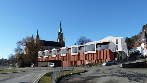 """Denne illustrasjonen av det planlagte nybygget på """"Hagentomta"""" er laget av Arkitekthuset Kragerø, og er en del av forslaget til detaljreguleringsplan. Det er planlagt parkering i de to nederste etasjene, og seks leiligheter på toppen."""