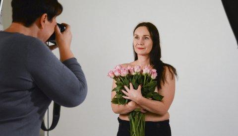 «BEHIND THE SCENES»: Førre veke tok damene som jobbar på storsenteret bilde i studio til ein reklamekampanje for Husnes Storsenter som skal skapa fokus på brystkreft. Her ser du Tone Merete Lillesletten på Vita framfor kamera.