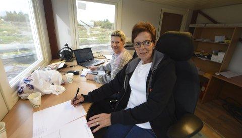 FØLGER MED: Margrethe Sætra (nærmest) og Jannicke Bersvendsen har full kontroll i sekretariatet under lørdagens bilcrossløp.ALLE FOTO: OLE JOHN HOSTVEDT