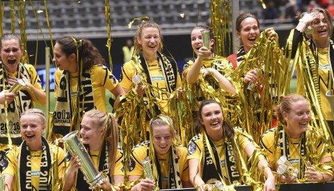 LYKKELIG: Hvittingfossjenta Synne Skinnes Hansen (i midten bak) er strålende fornøyd etter endelig å ha vunnet en cupfinale.ALLE FOTO: OLE JOHN HOSTVEDT