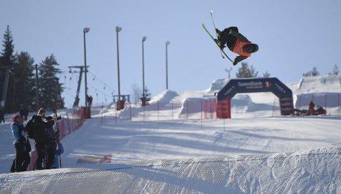 IMPONERTE: 15 år gamle Tevje A. Skaug fra Kongsberg Freestyleklubb imponerte og ble nummer to i finalen i big air i Funkelia.ALLE FOTO: OLE JOHN HOSTVEDT