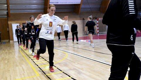 GLEDER SEG: Skrims nye keeper Mie Sørensen i aksjon på mandagens trening i Kongsberghallen. Hun håper å få spilletid mot Gjerpen søndag.FOTO: OLE JOHN HOSTVEDT