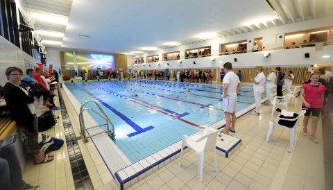 NY SVØMMEHALL: På sikt må Kongsberg kommune grave i lommene etter midler til ny svømmehall. Det settes ikke av penger i 2020-budsjettet, men flertallspartiene vil starte planleggingen.