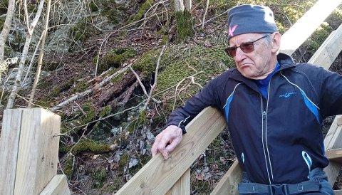 Borte: Skiltet på Sherpatrappa skulle gått fra pålen til venstre til fingeren til Ingvald Marthinsen. Han var ikke videre fornøyd da han oppdaget at skiltet var borte.