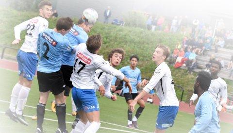 Leknes FK og FK Lofoten i en tidligere batalje. Om myndighetene tillater det, vil 4. divisjonen starte med halv sesong 8. august.