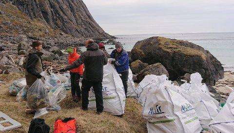STRANDRYDDING: Marint søppel langs norskekysten kan være fjernet i løpet av fire - fem år, mener ryddeorganisasjonen In The Same Boat.