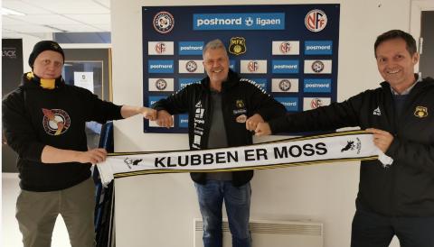BLIR BINDELEDDET: Lasse Aarstrand, her flankert av Kråkevingen-medlem Jan Erik Syverud (t.v.) og MFK-leder Geir Hagnes, blir supporterkoordinator i Moss Fotballklubb.
