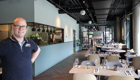 KLAR: Restauranteier Patrik Schöning er klar for å åpne sitt nye restauranthus ved Mosseelva. Han lover dette skal bli byens beste spisested.