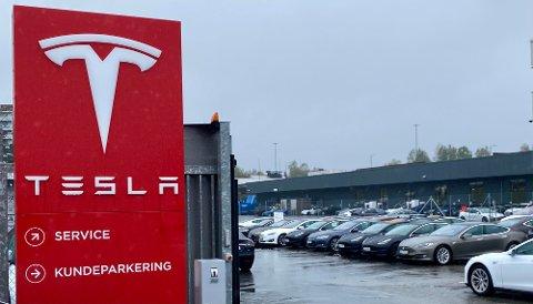 KOLLISJON: Mekanikeren smadret kundens Tesla her inne på området på Karihaugen.