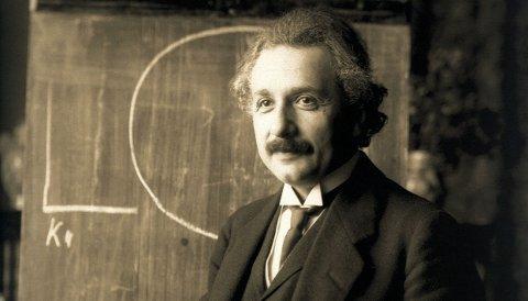 Myten om Einsteins gåte sier at geniet brukte oppgaven til å skremme studenter fra å velge ham som akademisk rådgiver. Det er antagelig ikke sant. Her er Einstein fotografert under en forelesning i Wien i 1921.