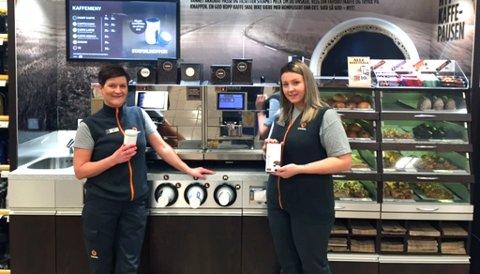 MYE KAFFE: To medarbeidere ved Statoil Fredrik Nansen plass viser frem kaffemaskinen.