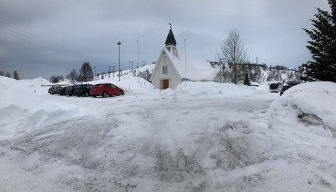 DRIVE-IN-GUDSTJENESTE: Før gudstjenesten søndag må det gjøres litt arbeid. Snømåking står blant annet på programmet.