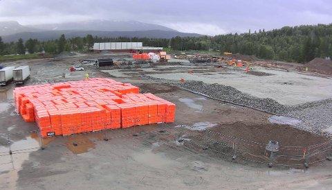 I GANG: Det nye skolekomplekset på Setermoen legger beslag på store arealer, i bakgrunnen ser vi Barduhallen.