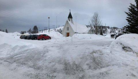 DRIVE-IN: Kvaløy kirke arrangerer utegudstjeneste for andre år på rad. På denne parkeringsplassen blir det drive-in-påskegudstjeneste på søndag.