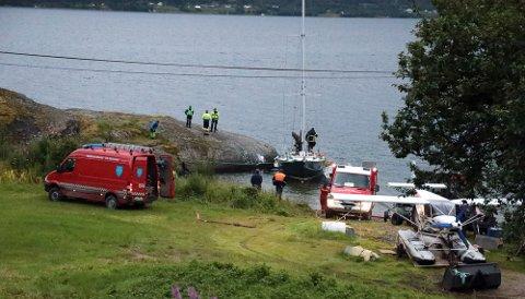 Her jobbes det med å sikre båten som ble utsatt for brann natt til lørdag.