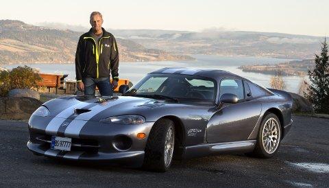 BLIKKFANG: Arne Mos Dodge Viper GTS ACR møter man ikke akkurat hver dag langs landeveien.FOTO: Asbjørn Risbakken