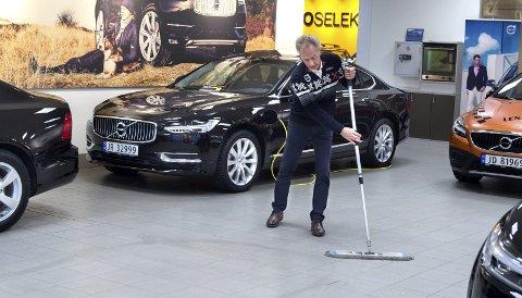 Venn med moppen: Tre ganger daglig tar Roger Østlien en rengjørende runde med moppen i butikken. Nå går både han og moppen inn i pensjonistenes rekker. foto: asbjørn risbakken