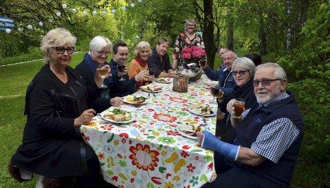 KORT OPPHOLD: Hageselskapet på Fjordheim fortsatte etter hvert inne i huset, men turistene fra egen region rakk i alle fall å kjenne på hagefølelsen. Bakerst står vertinne Mona Julie Skogen.