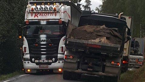 TRANGT: Det er trangt når bilene møtes i Søndre Ålsvegen.