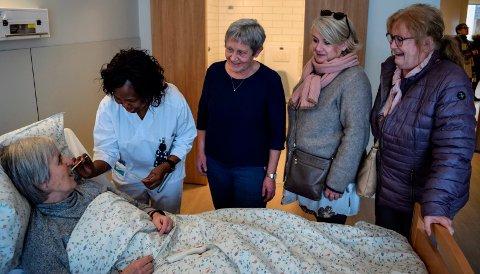 BESØK PÅ ROMMET: Anne Marie Sæther  tok statistrollen som pasient da Labo åpnet dørene. her har hun besøk på rommet av f.v. kreftsykepleier Afi Somesi, Grethe Haugom, Siri Brita Solheimsnes og Unni Andersen.