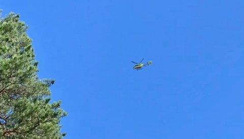 Legehelikopteret fraktet mannen til sykehus etter ulykken i Muggedalen. Her passerer det Raufoss.