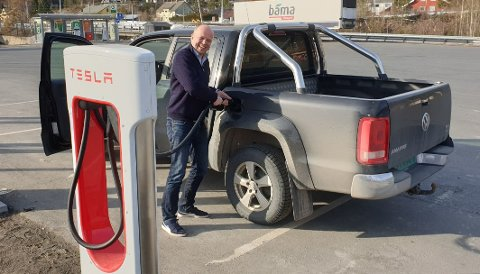 DIESELRYTTER: Sp-leder Trygve Slagsvold Vedum fleiper med sin dieseldrevne VW Amarok ved ladestolpen til Tesla, men mener alvor med å stanse nullutslippssonene i Oslo og Bergen.